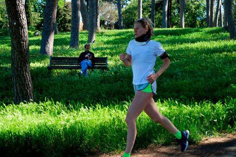 una corredora italiana corre por el parque de doria pamphili en roma sufriendo la alergia de la primavera