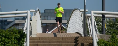 un hombre corre en tiempos de coronavirus