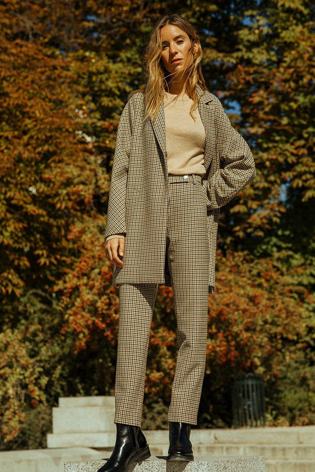 Nuria Val con traje de cuadros de El Corte Inglés