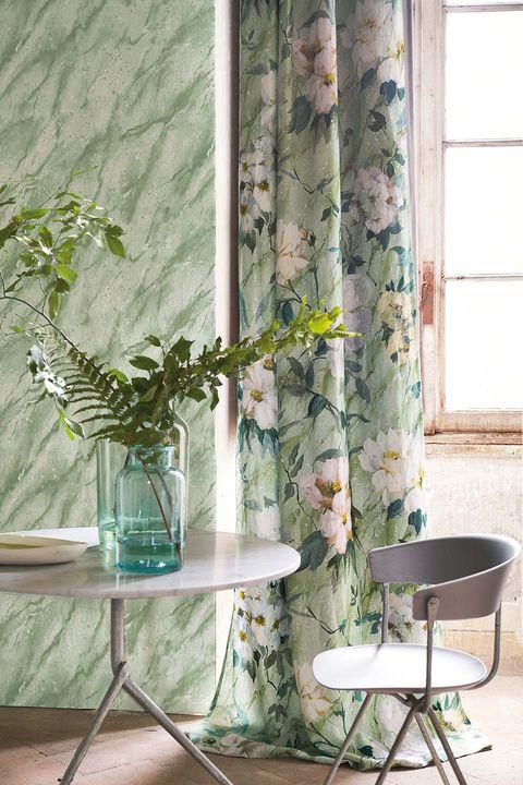 Cortinas de lino Carrara Fiore Grande y papel pintado de la colección Foscari Fresco, de Designers Guild