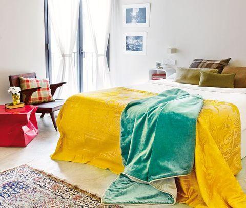 dormitorio con colcha amarilla