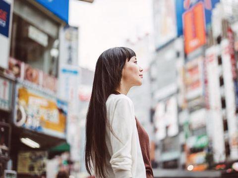 Street fashion, Black hair, Long hair, Snapshot, Brown hair, Portrait photography, Service, Customer, Layered hair,