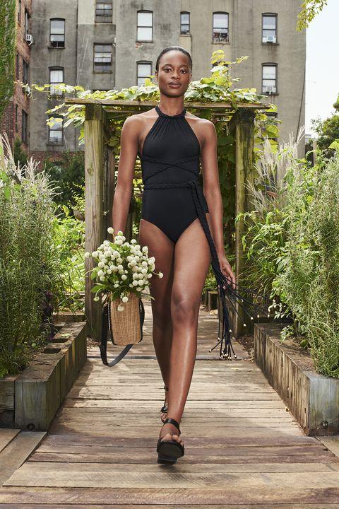 costumi estate 2021, il costume intero è come un vestito, avvolge le forme e le modella, scegli il tuo costume mare tra i modelli leopardati e total black