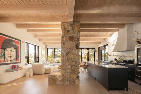 cocina abierta al salón en un cottage de diseño minimalista