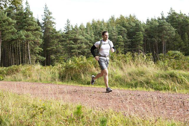 un trail runner en la montaña