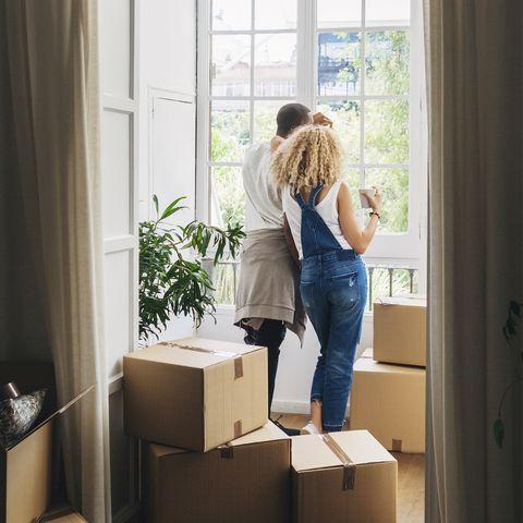 copropriété, couple emménagement dans une nouvelle maison