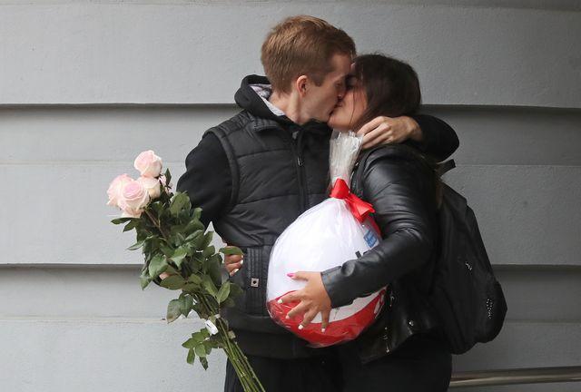 una pareja de enamorados se besa
