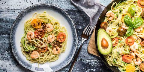 courgetti met garnalen en avocado