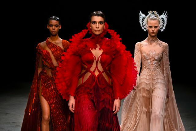 roots of rebirth de betekenis achter de modeshow van iris van herpen, iris van herpen, couture, haute couture, fashion, mode, modeweek, roots of rebirth, collectie, catwalk, show, modeshow
