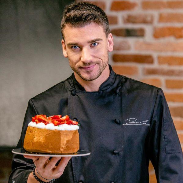 來自義大利的甜點師——達米亞諾(Damiano Carrara)擁有一張帥氣臉龐,他的外表和才華讓許多人心甘情願地被圈粉!趕緊往下滑,利用這6件事快速認識人氣甜點師達米亞諾!