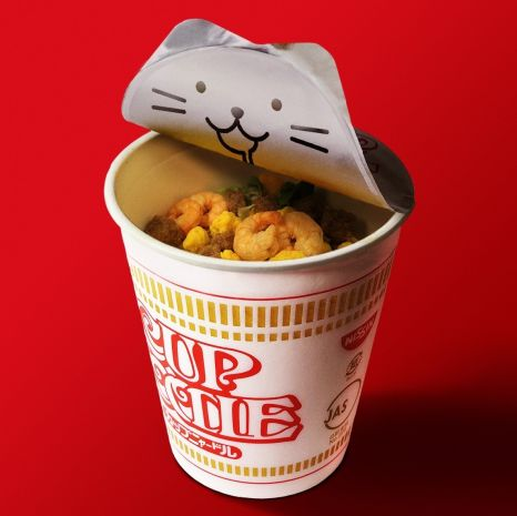因為222在日語的發音上與貓咪叫聲類似,日清便以此為靈感,在2月22日推出限定「貓の日杯麵」,打開杯麵便能驚喜看到一隻超可愛的小貓流著口水!
