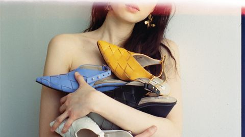 Yellow, Shoulder, Skin, Joint, Arm, Leg, Footwear, Neck, Thigh, Waist,