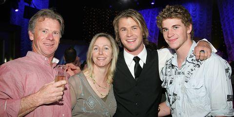 Liam y Chris Hemsworth con sus padres Craig y Leoni en  2006