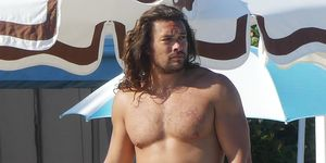 ** PREMIUM EXCLUSIVE RATES APPLY ** Aquaman Jason Momoa shows off his ripped torso as she gets ready for a dip in the pool. The 39-year-old actor had his bulging biceps on display as he and wife Lisa Bonet were spotted on their romantic vacation in Ven