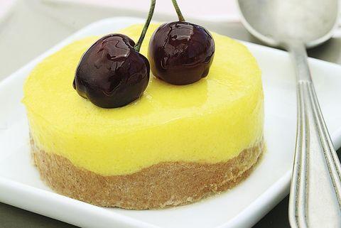 tartaletas de crema de limón con cerezas