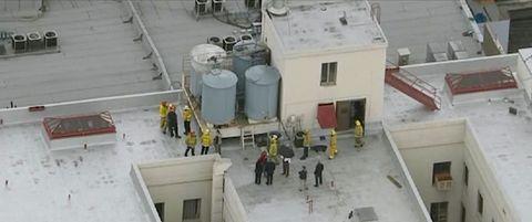 آتش نشانان و افسران پلیس در پشت بام هتل سیسیل در قسمت 2 ناپدید شدن صحنه جرم در هتل سیسیل با کمک مهربانانه نتفلیکس © 2021