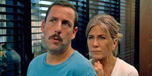 Adam Sandler y Jennifer Aniston en una escena de 'Criminales en el mar'