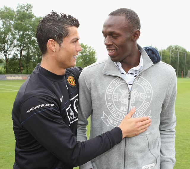 cristiano ronaldo u y usain bolt se saludan durante un entrenamiento del manchester united