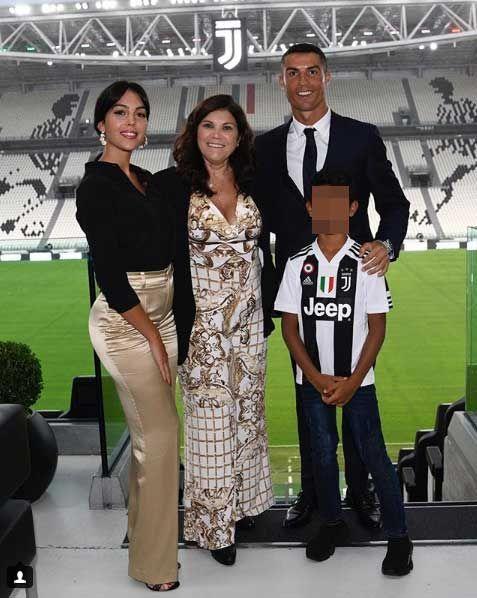 Georgina Rodríguez apoya a Cristiano Ronaldo: la familia en la presentación del futbolista
