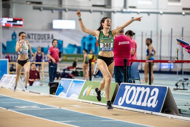 la atleta cristina espejo celebra su triunfo en los 3000 metros del campeonato de españa de antequera en 2019