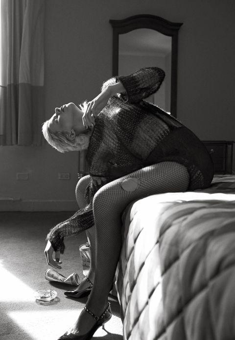 White, Black, Black-and-white, Monochrome, Leg, Room, Monochrome photography, Photography, Comfort, Furniture,