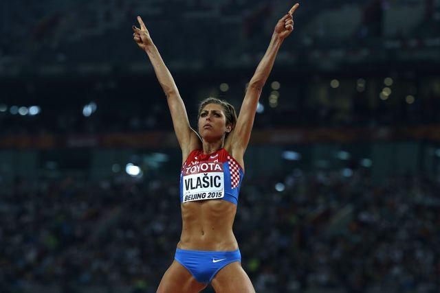blanka vlasic celebra subiendo las manos un salto válido en altura