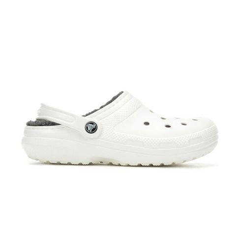 Witte crocs gevoerd