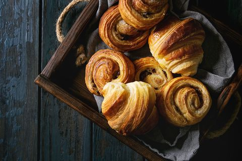 Croissants, koffiebroodjes en pains au chocolat in een kist
