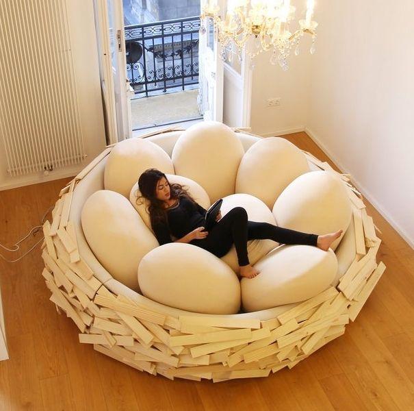懶人必備療癒「巨型鳥巢床!」躺在大型鳥蛋枕頭中又暖又軟,追劇、午睡都超舒適