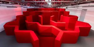 【倫敦時裝週】Anya Hindmarch 打造一座紅色迷宮!每款新包都是郵筒&信封的造型 好有文青感