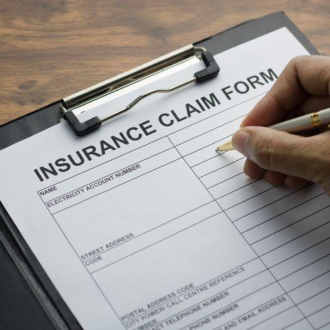 اقتصاص يد شخص ملء نموذج التأمين