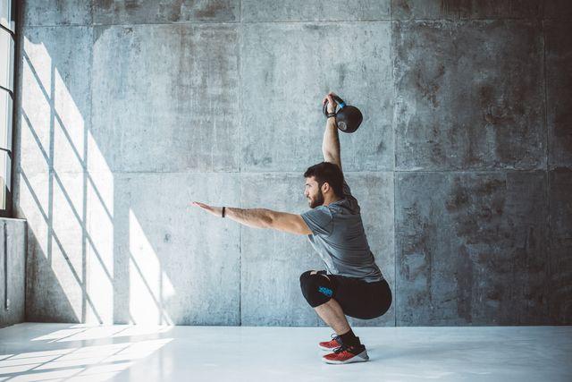 ejercicio con pesa rusa