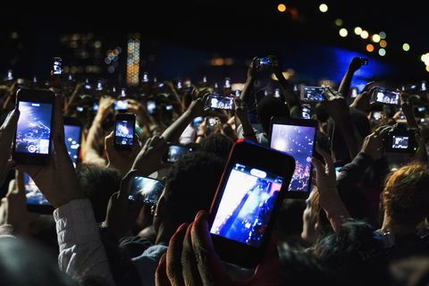 Móviles grabando durante un concierto