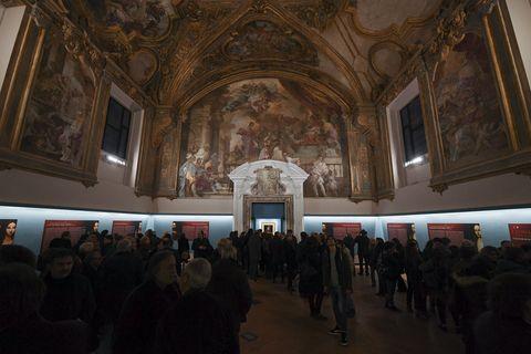 جمعیت زیادی از بازدیدکنندگان برای نمایشگاه در موزه اسقف