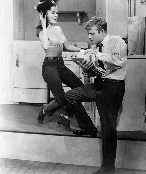 Jane Fonda y Robert Redford en un fotograma de la película Descalzos en el parque, ambos en pleno confinamiento en su pequeño piso de Manhattan.