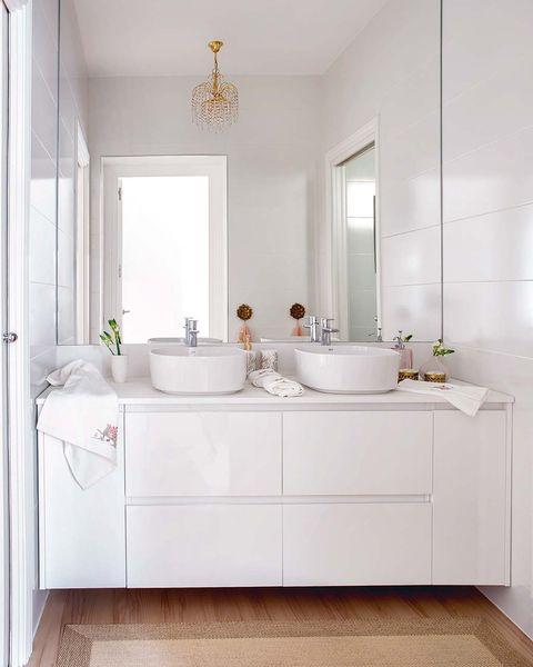 cuarto de baño blanco y actual