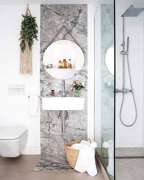 cuarto de baño con papel pintado en la zona de lavabo