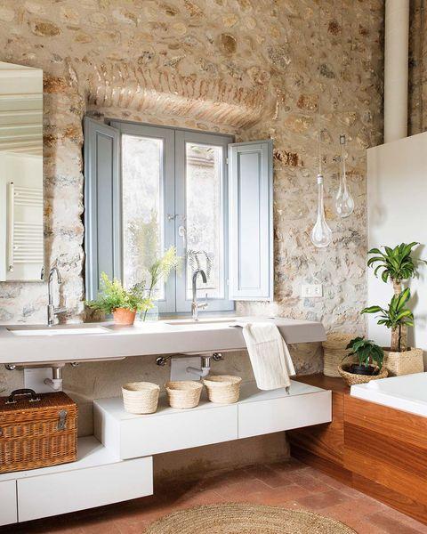 cuarto de baño con pared de piedra