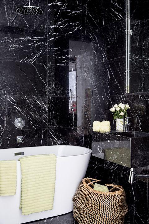 cuarto de baño en blanco y negro