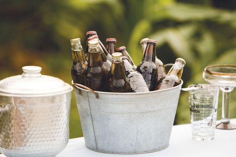 cubeta de cinc con botellas de cerveza