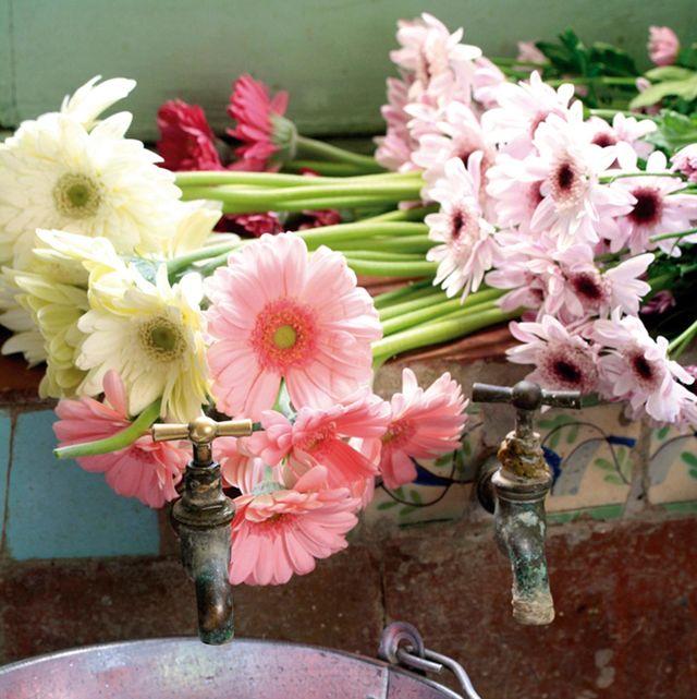 flores frescas, velas y cubo de cinc