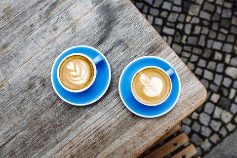 twee kopjes cappuccino op een tafel
