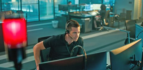 jake gyllenhaal, con micrófono de diadema, atiende una llamada de emergencias como joe bayler, su personaje en la película culpable