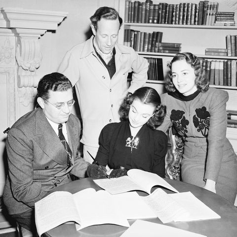 Vivien Leigh Signs Contract W/Dehaviland