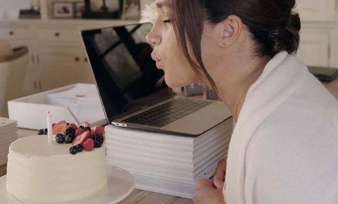 meghan marhle soplando las velas de su tarta tras cumplir 40 años