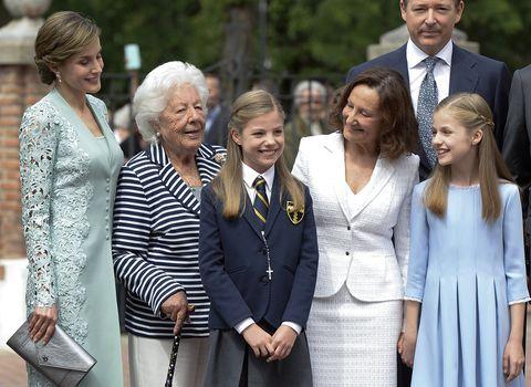 posado de la familia real y la madre y abuela de la reina letizia en la comunión de la infanta sofía
