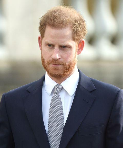 el príncipe harry fotografiado con gesto serio