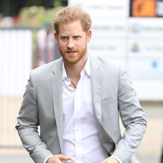 el príncipe harry fotografiado caminando por la calle