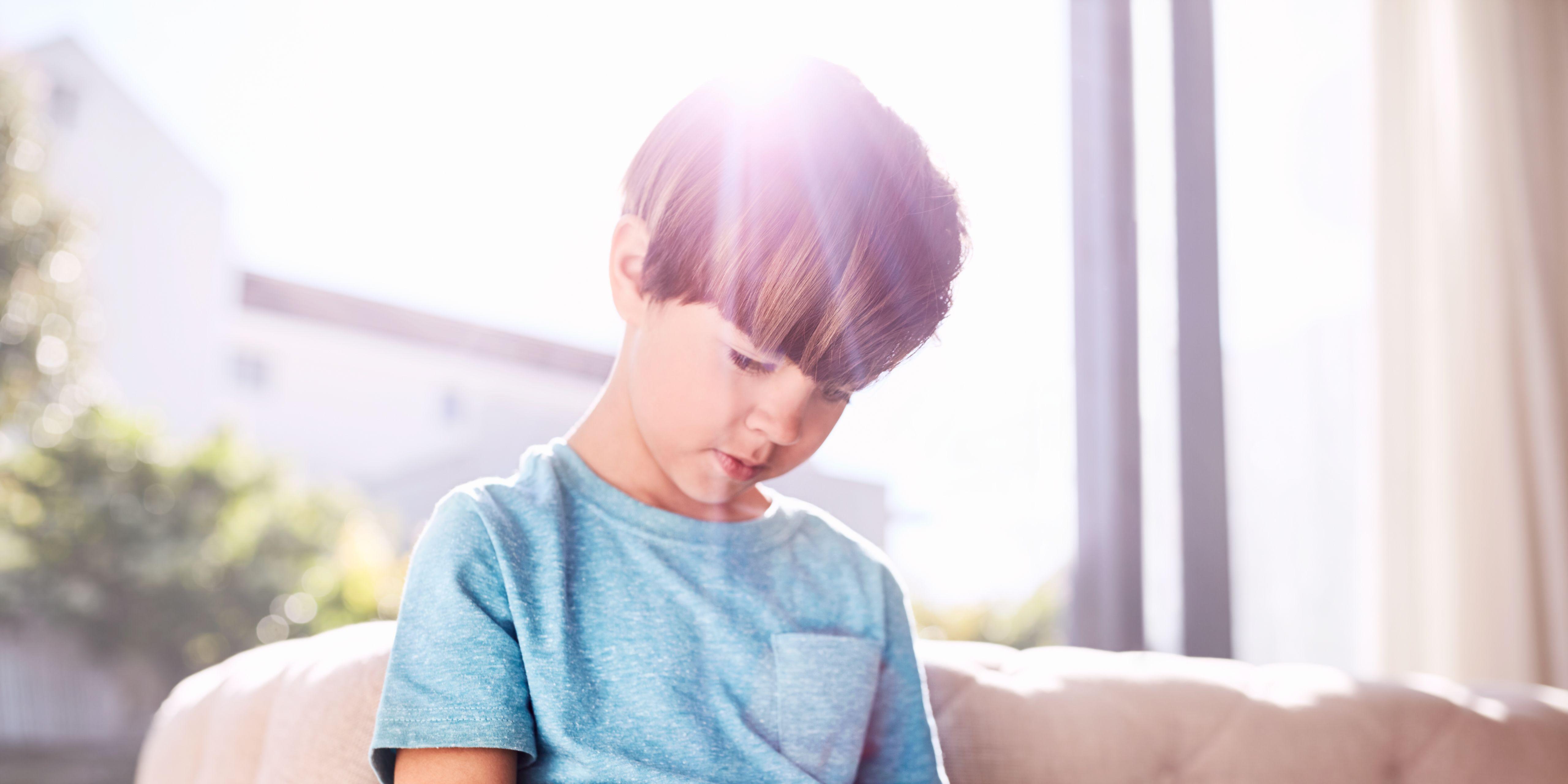 Niño jugando con el móvil