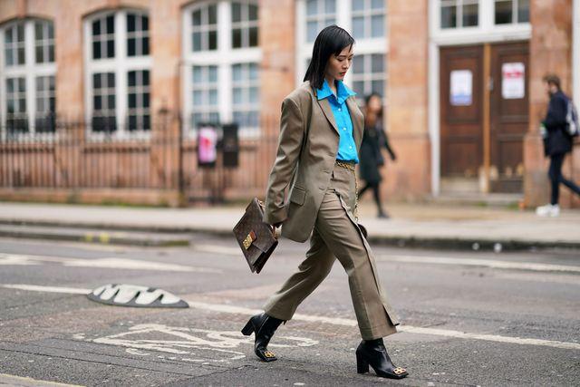 vrouw met louis vuitton aktetas op straat